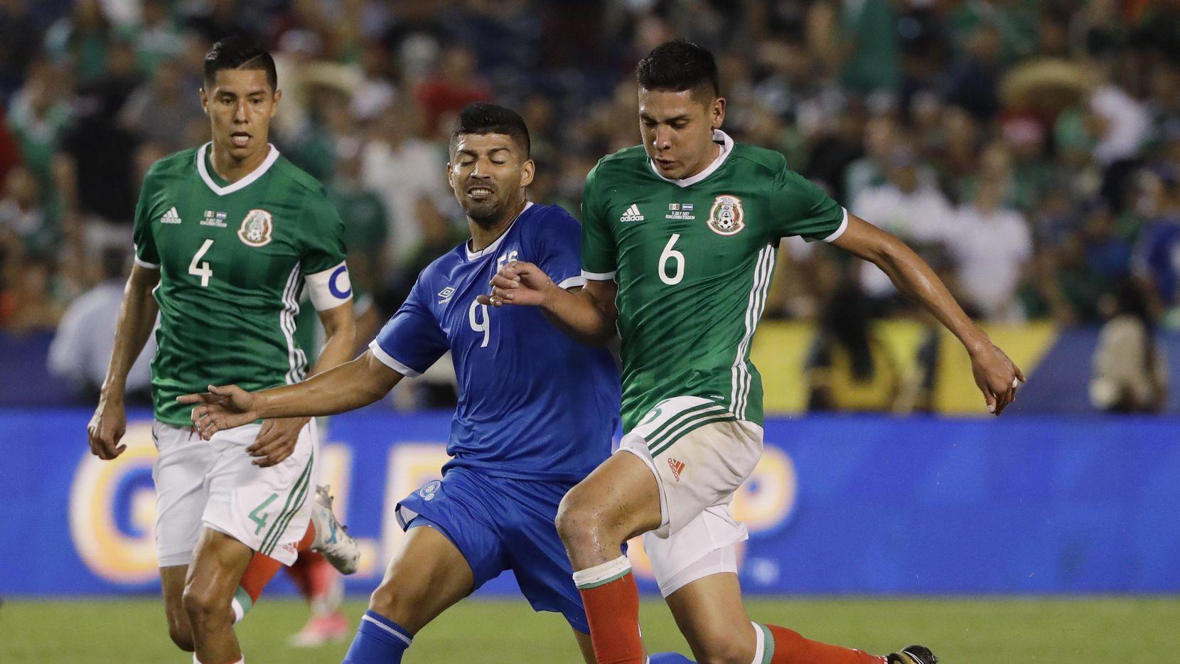 Edson Álvarez (der.) y la selección mexicana iniciaron la Copa Oro 2017 con un triunfo 3 a 1 sobre El Salvador, el domingo en San Diego. (AP/Gregory Bull)