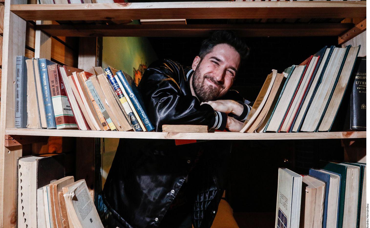 Con su comedia, Alex Fernández busca superar ciertos conflictos personales y ayudar a quienes, como él, han vivido situaciones similares.