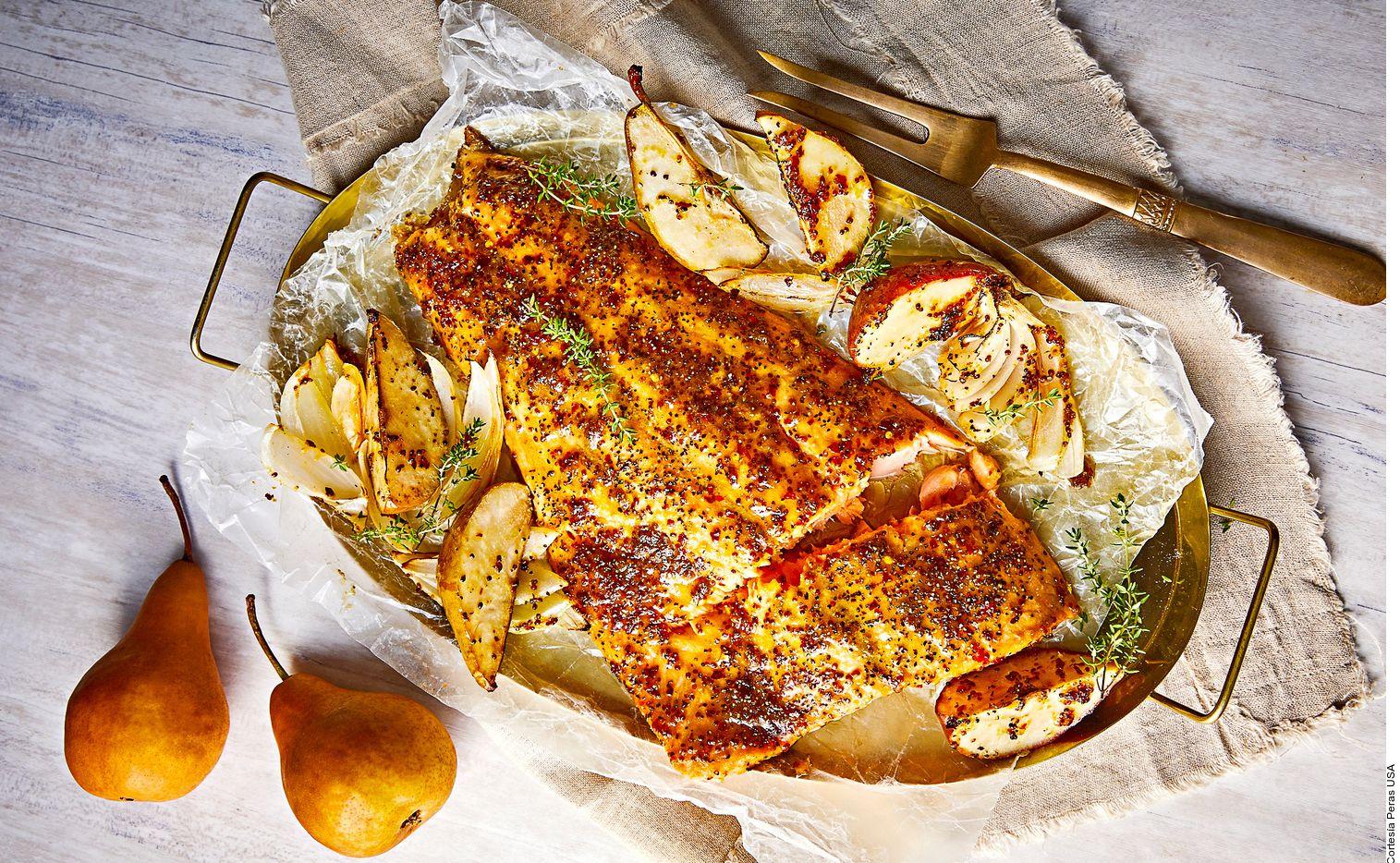 El salmón al horno en cama de pera se elabora al licuar la pera Anjou con la mantequilla. Mezclar con la mostaza, la miel, los ajo y el chile. Salpimentar.