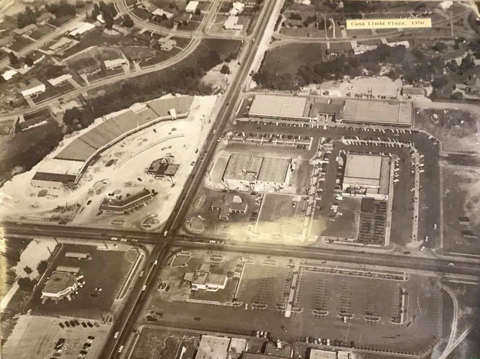 The aerial view of the plaza from 1950 shows the five trees along the promenade on the southeast side that have now been removed.
