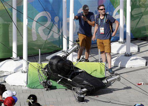 Una cámara de tomas aéreas quedó tirada en la zona del Parque Olímpico luego que dos de los cables que la suspendían reventaron, en los Juegos de Río de Janeiro, Brasil. /AP