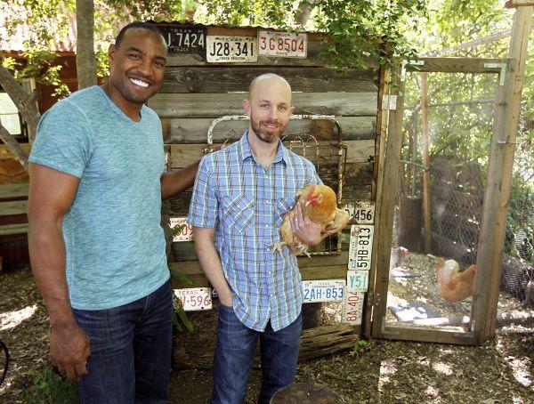 Darren Woodson y Jeremy Roberts sonríen en frente del gallinero del patio de la mamá de Roberts en McKinney, Texas. Como en McKinney, en Frisco también se puede tener hasta 12 gallinas en el patio.