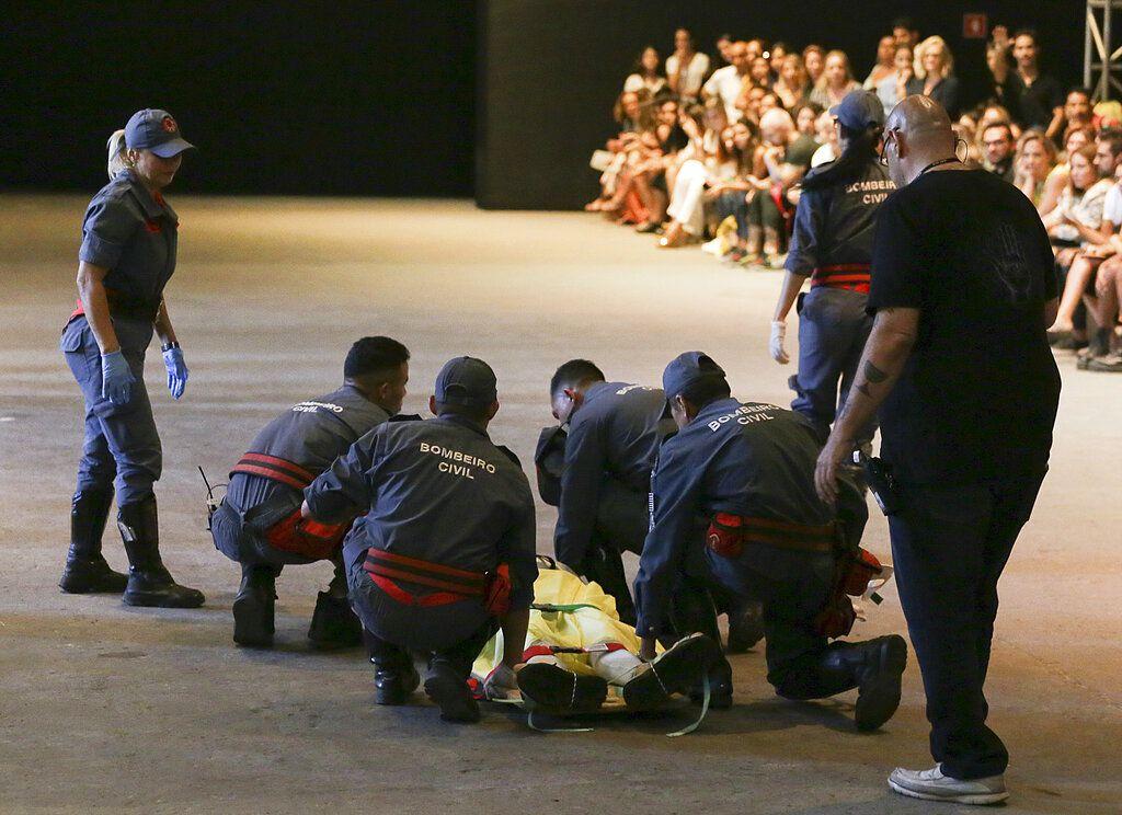 El modelo Tales Soares es retirado de la pasarela por paramédicos tras colapsar durante un desfile en la Semana de la Moda de Sao Paulo, el sábado 27 de abril del 2019 en Sao Paulo, Brasil. El modelo de 26 años falleció. (Leco Viana/Thenews2 vía AP)