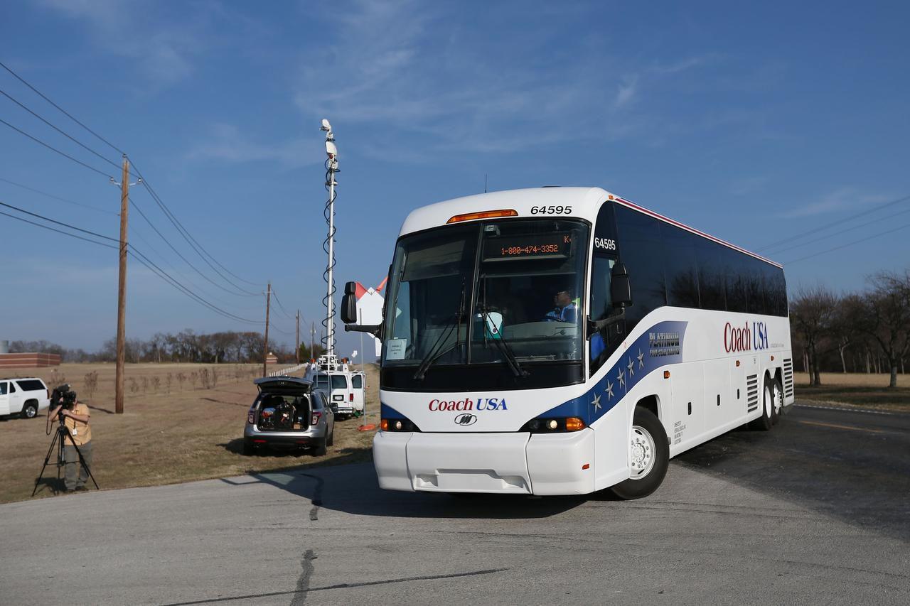 Dos autobuses con trabajadores y unos 60 niños centroamericanos que llegaron solos a la frontera llegaron el viernes al Centro de Retiro y Campamento de Lakeview, cerca de Waxahachie. (DMN/ANDY JACOBSOHN)