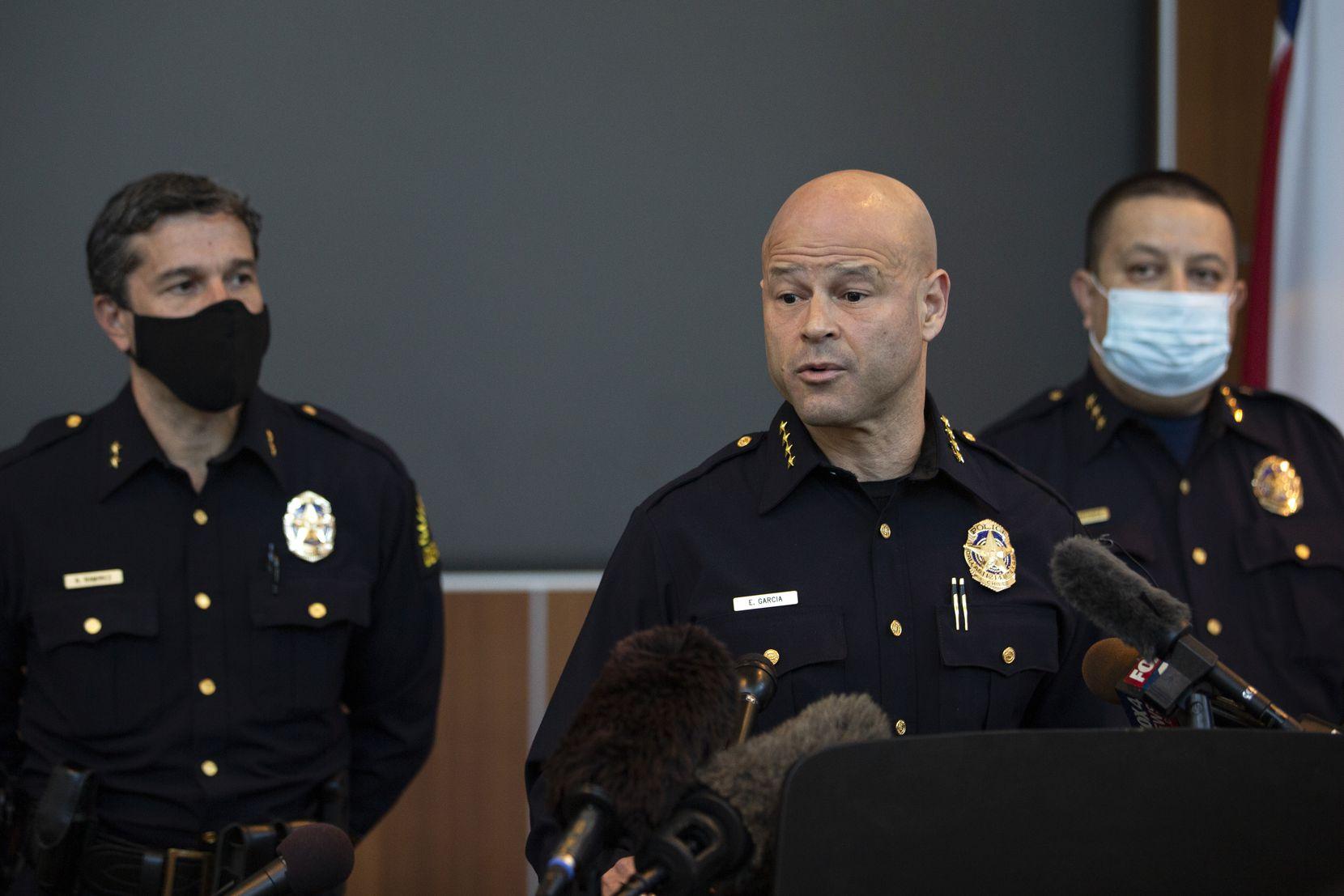 El jefe de policía de Dallas, Eddie García, habla en una conferencia de prensa para discutir información sobre la liberación del exoficial de policía de Dallas Bryan Riser en la sede de la policía de Dallas, el 8 de abril de 2021.