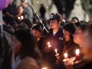 Compañeros de Benjamín Isaac Castañeda llegaron el lunes a una vigilia para despedir al joven mariachi fallecido en un accidente de tránsito.