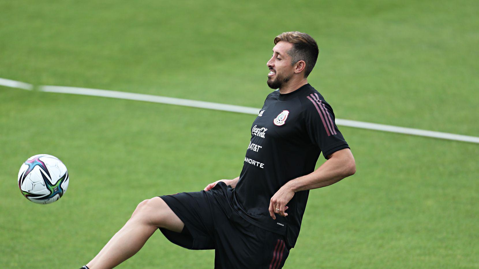 El mediocampista de la selección de México, Héctor Herrera, en una de las prácticas del equipo en Dallas.