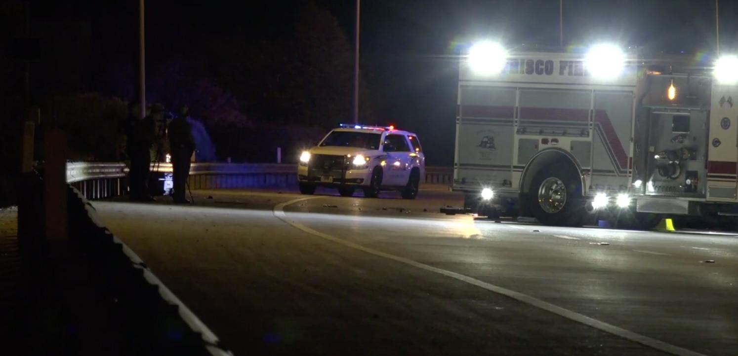 Cuerpos de emergencia asisten a la escena de un accidente fatal antes de la medianoche del sábado en el Dallas North Tollway.
