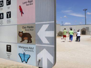 Esta fotografía de archivo del 23 de agosto de 2019 muestra un letrero en inglés y español frente a un centro para familias detenidas del Servicio de Inmigración y Control de Aduanas, en Dilley, en el sur de Texas. (AP Foto/Eric Gay, archivo)