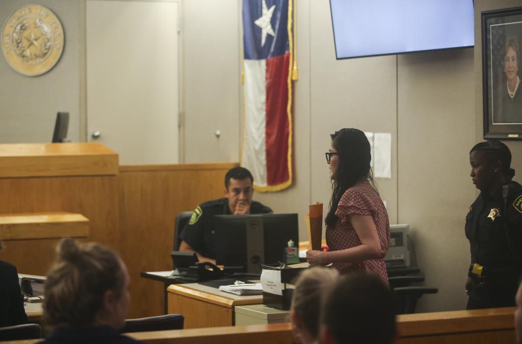 Brenda Delgado, acusada de asesinato, ingresa a la corte donde se desarrolla el juicio por el asesinato de Kendra Hatcher. (DMN/LYNDA M. GONZÁLEZ)