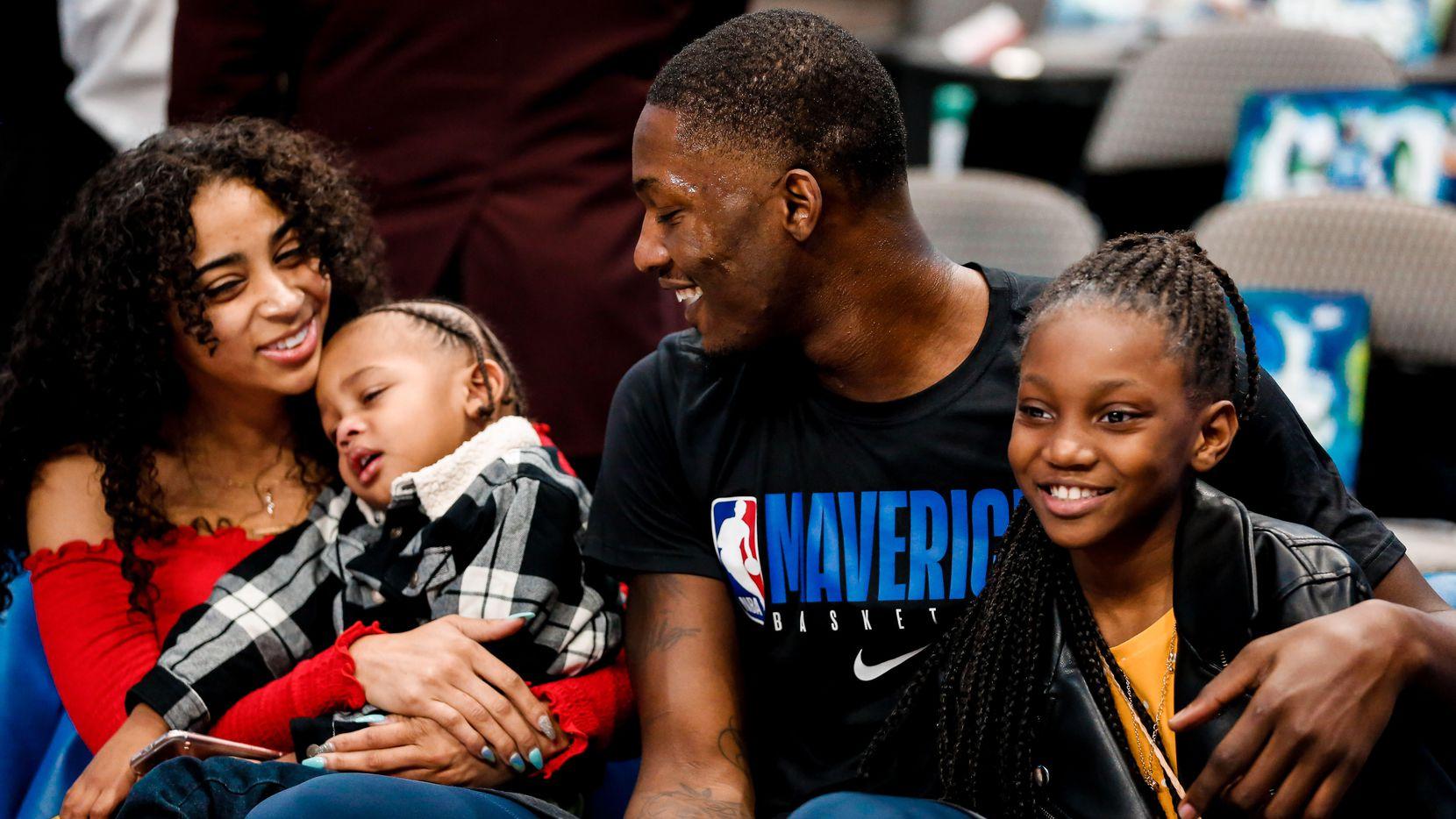 El jugador de los Mavericks de Dallas, Dorian Finney-Smith, con su novia Jazmyne Branch y sus hijos, Dorian Jr., de tres años y Sinai de 10 años.