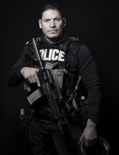Gerardo Huante pasó horas apuntando hacia la zona del pistolero, mientras resguardaba al negociador de SWAT. SMILEY N. OOL/DMN