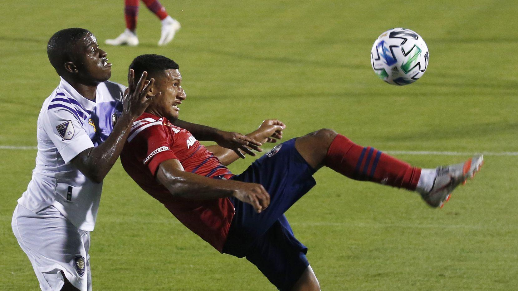 El jugador hondureño del FC Dallas, Bryan Acosta (der), trata de controlar un balón ante el acoso del mediocampista del Orlando City, Sebas Mendez, durante el partido del 27 de septiembre en el Toyota Stadium de Frisco.