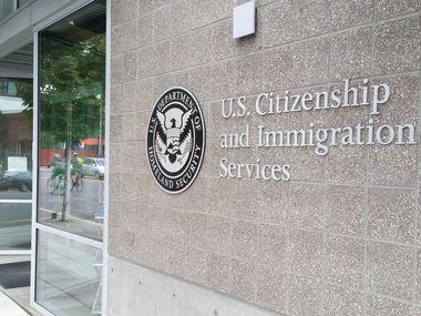 Algunas sedes de la Oficina del Servicio de Inmigración y Ciudadanía (USCIS) volverán a abrir a partir del 4 de junio. En la mayoría de los casos, las personas que tenían citas, entrevistas o ceremonias que fueron pospuestas recibirán un aviso con la nueva fecha de su procedimiento.