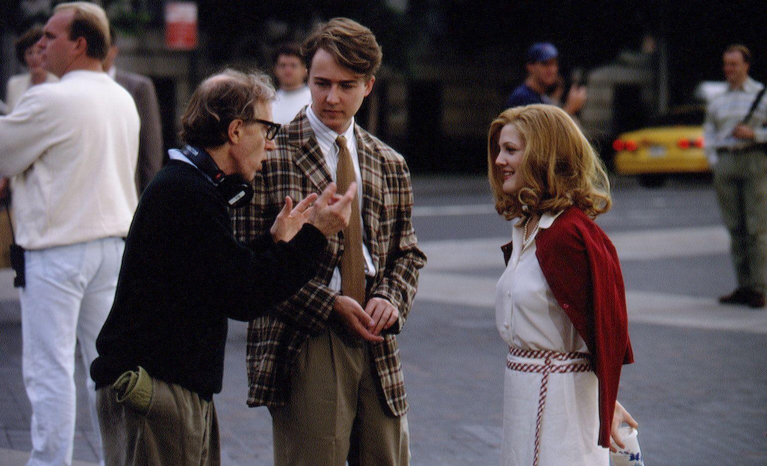 """Woody Allen dando direcciones a Drew Barrymore durante la filmación de """"Everybody Says I Love You"""" (Foto de Lawrence Schwartzwald/Sygma via Getty Images)"""