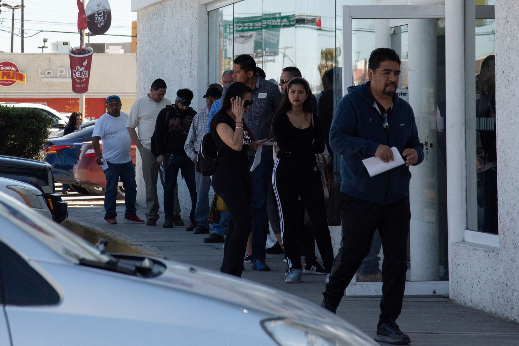 Personas se forman en la línea para utilizar un cajero de banco en Ciudad Juárez, México.