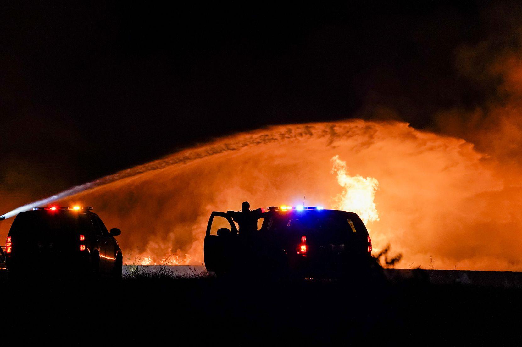 Cuerpos de bomberos intentan esta madrugada de miércoles contener un fuerte incendio en una zona industrial de Grand Prairie.
