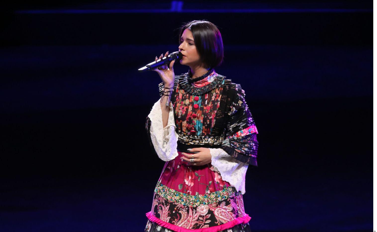 Ángela Aguilar interpretó el himno mexicano durante el combate entre Saúl Álvarez y Billy Saunders en Arlington.