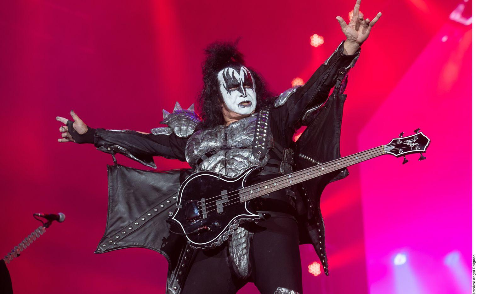 La legendaria banda de rock KISS pospuso las próximas cuatro fechas de su gira en Estados Unidos después de que Gene Simmons, el legendario bajista y uno de los vocalistas del grupo, diera positivo a coronavirus.
