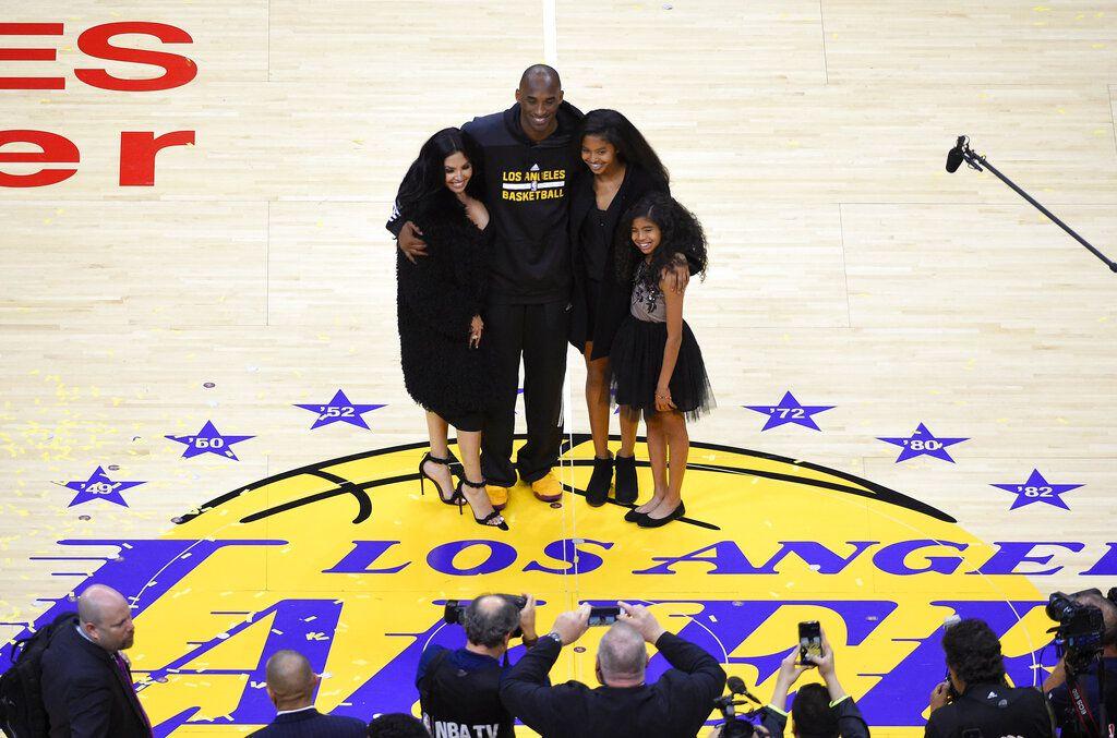 Kobe Bryant junto a su esposa Vanessa y  sus hijas  Natalia y Gianna.(AP Photo/Mark J. Terrill)