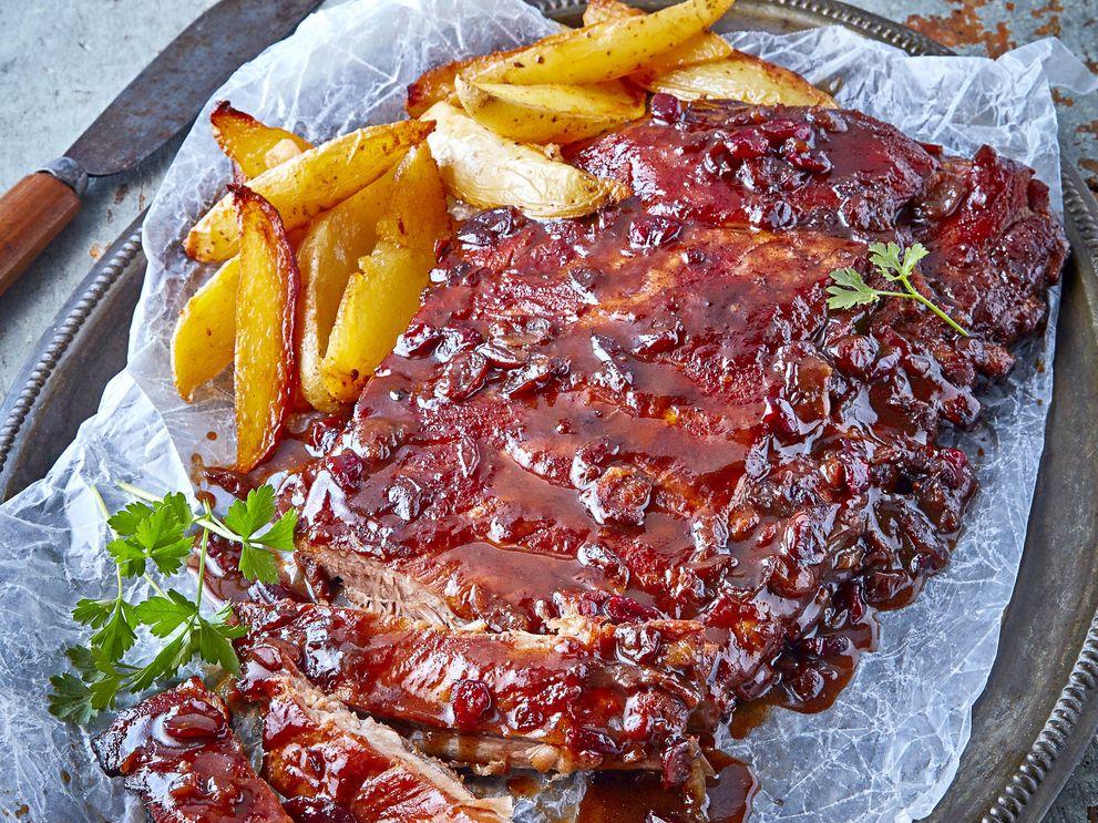 Las costillas a la BBQ con cerezas se pueden lograr al mezclar la salsa BBQ, la miel, el jugo y las cerezas. Colocar el costillar en una charola para horno. Untar toda la superficie con los ajos, el aceite y la sal.