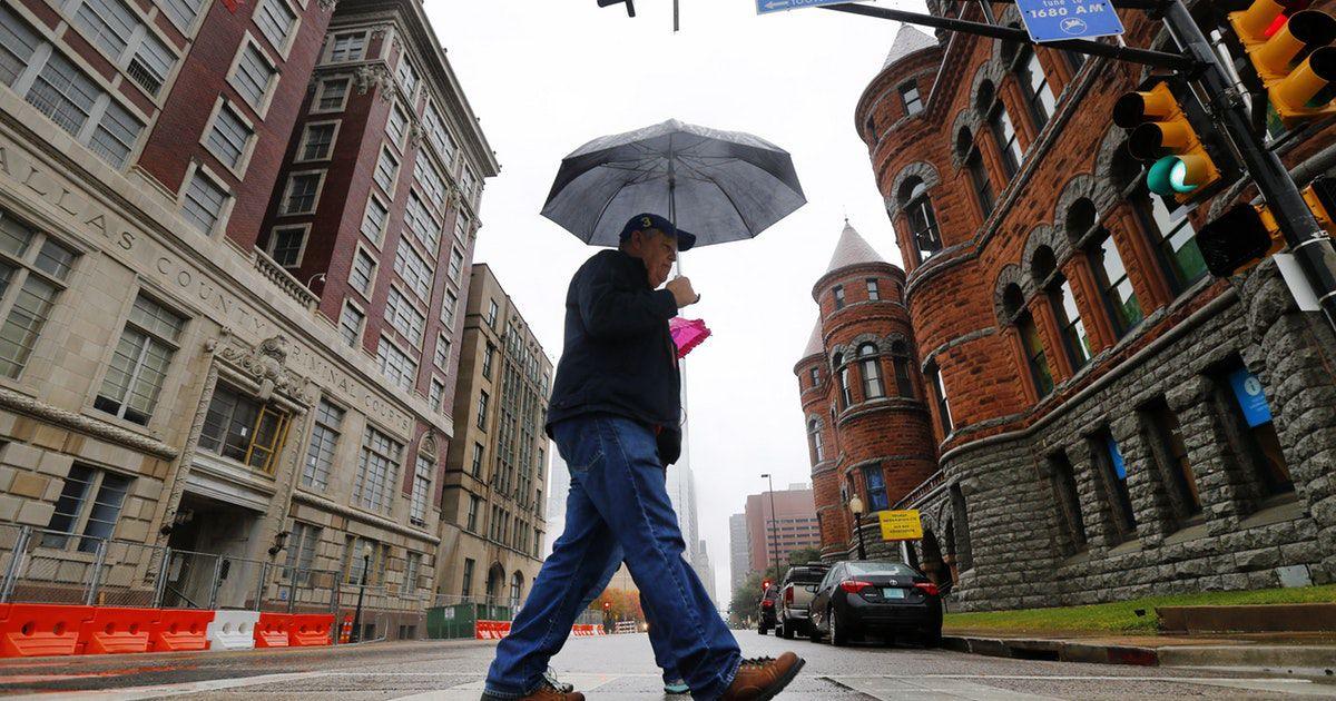 Tenga listo su paraguas para el martes, por si acaso. TOM FOX/DMN