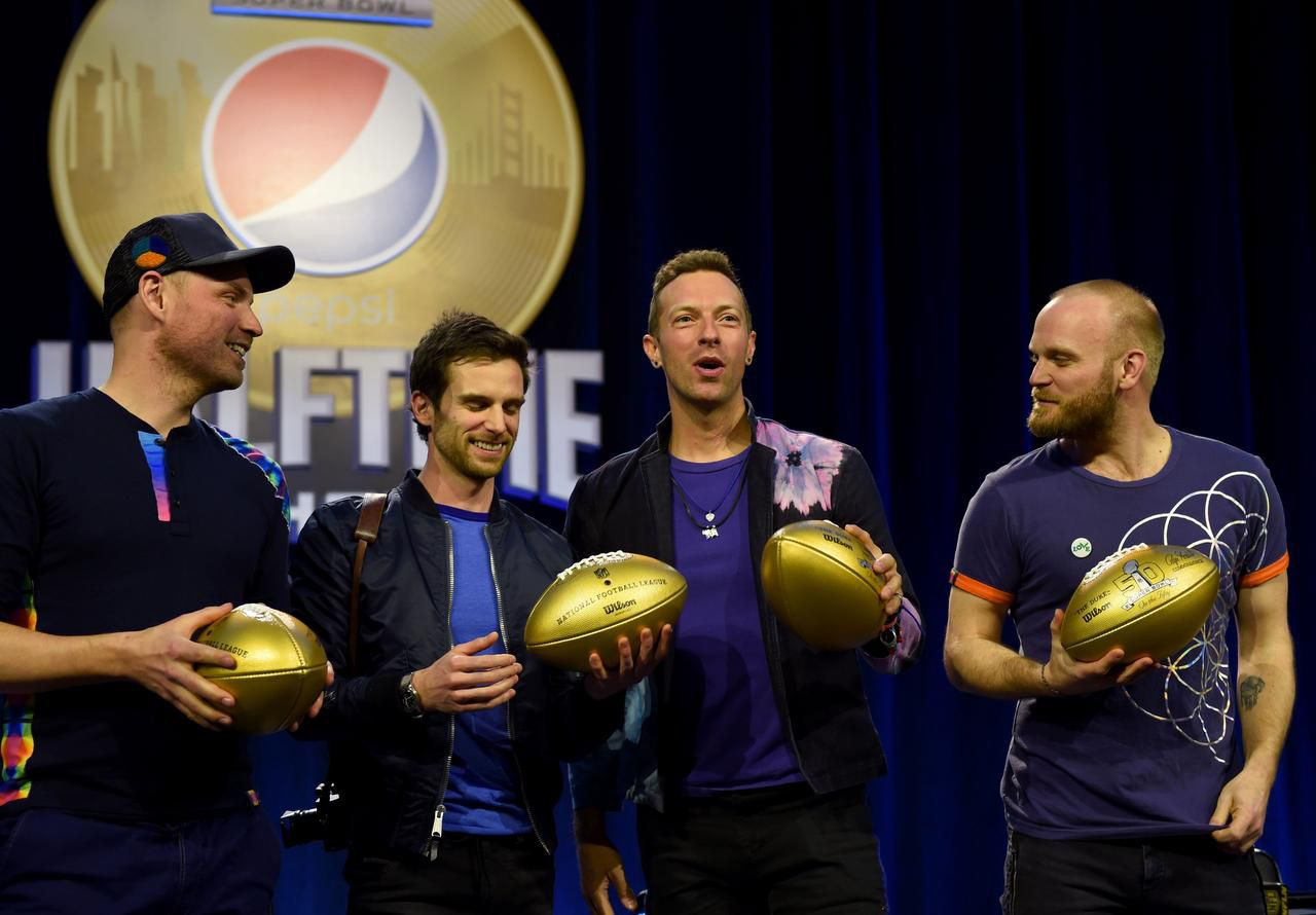 Jonny Buckland, Guy Berryman, Chris Martin y Will Champion, integrantes de Coldplay, grupo que se encargará del Show de Medio Tiempo en el Super Bowl (AFP/GETTY IMAGES/TIMOTHY A. CLARY)
