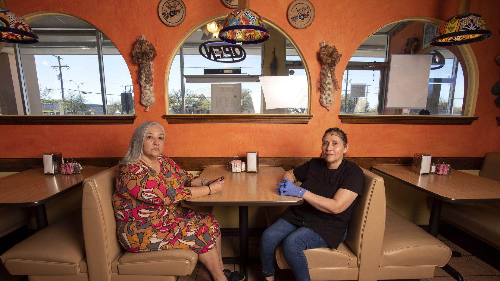 Elizabeth Villafranca (izq.) co propietaria junto con su esposo Enrique de los restaurantes Cuquita's, es acompañada por Eva Nuñez, una empleada del local en Farmers Branch, el martes 24 de marzo.