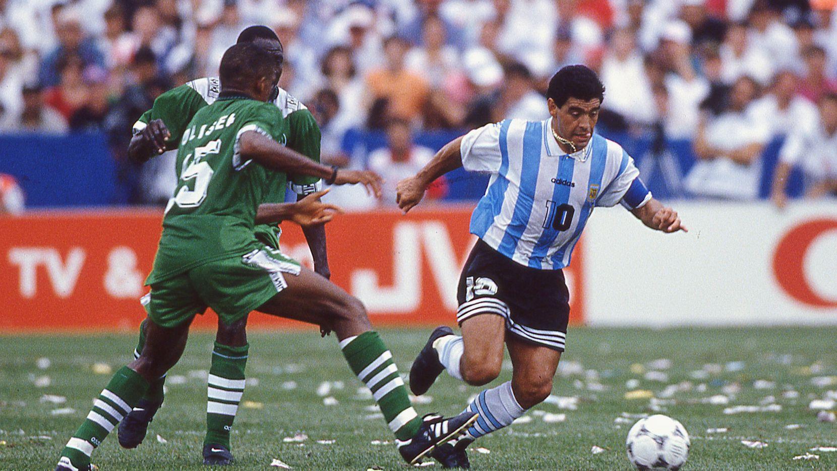 Diego Maradona (der) conduce el balón ante defensores de la selección de Nigeria en el partido de la Copa del Mundo efectuado en el Foxboro Stadium de Boston, el 25 de junio de 1994.