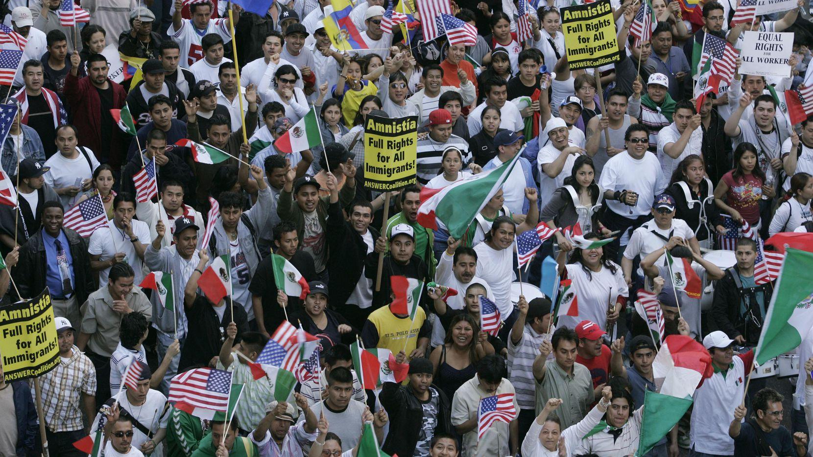 En esta foto del 2006, grupos marchan por los derechos de los inmigrantes en Nueva York el 1 de mayo, como algunos piensan hacer el 1 de mayo de 2017. (AP/SHIHO FUKADA)