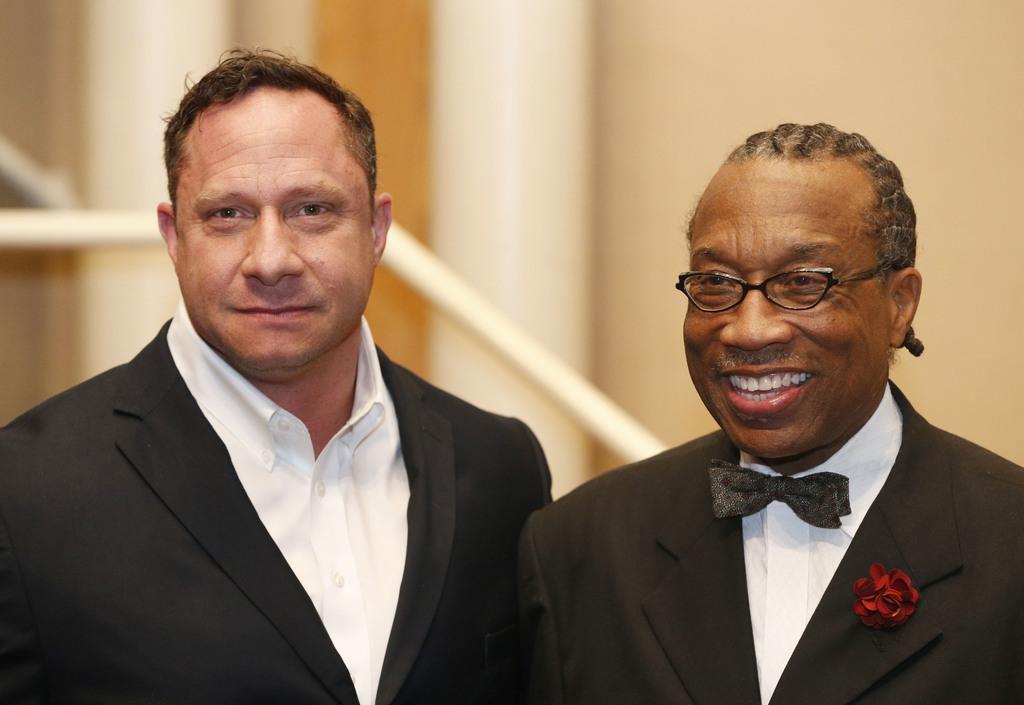El alguacil Ray Nichols (izq.), junto al comisionado John Wiley Price, niega estar cooperando con ICE. (DMN/MICHAEL AINSWORTH)