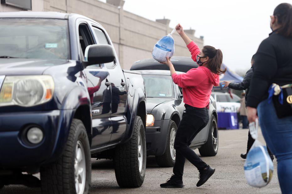 El fin de semana se entregaron más de 400 pavos y otros artículos de primera necesidad a familias golpeadas por la crisis de covid-19, en Pleasant Grove.