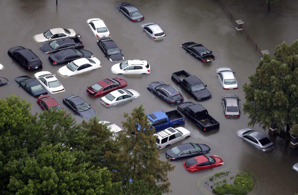 Autos inundados cerca del Addicks Reservoir a consecuencia de las inundaciones provocadas por el huracán Harvey./AP
