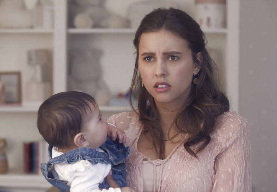 """En esta imagen proporcionada por Netflix Paulina Goto como Mariana en una escena de """"Madre solo hay dos"""". La serie se estrena el 20 de enero por Netflix. (Laura May/Netflix via AP)"""