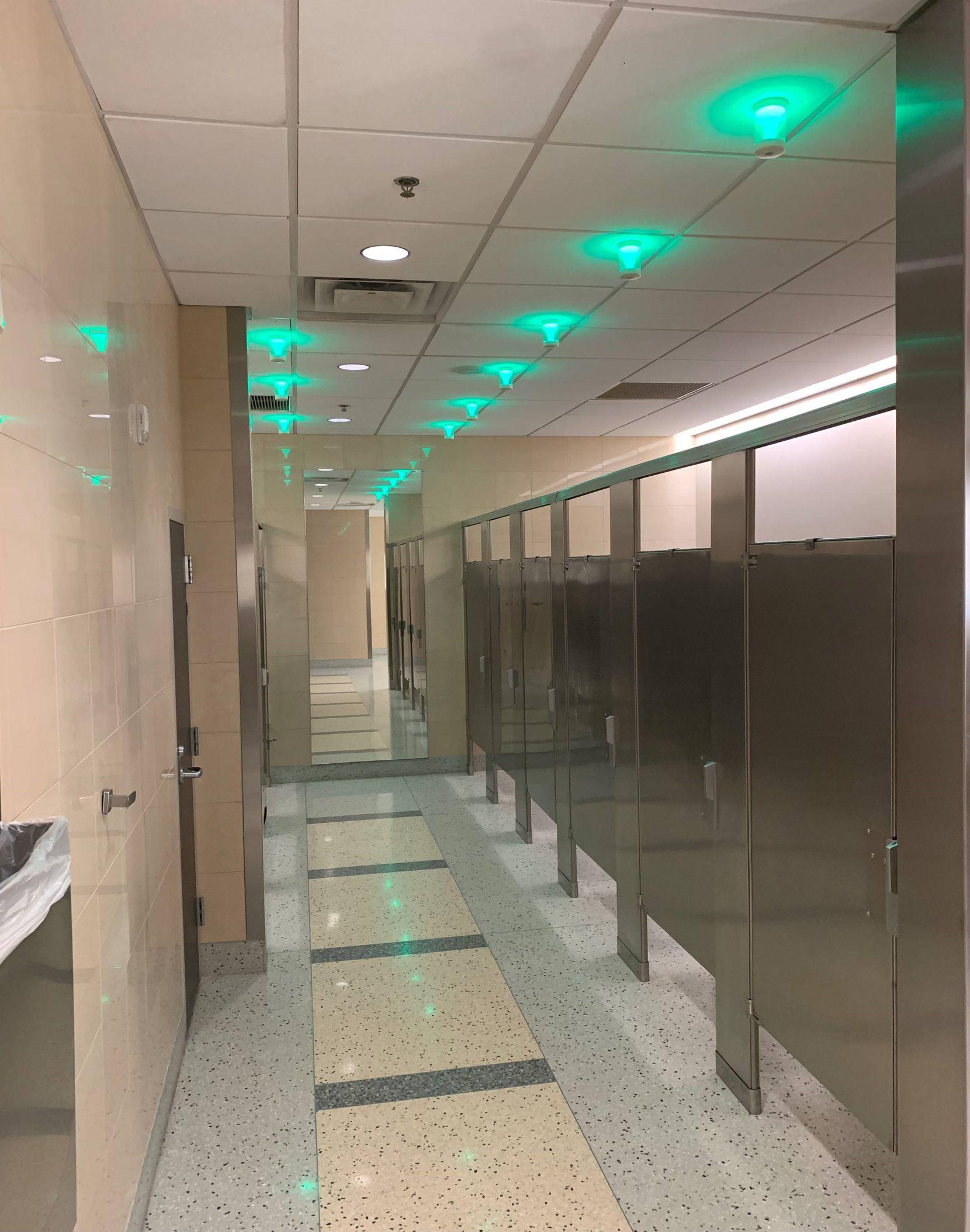 Sensores en los baños del Aeropuerto DFW indican cuáles están ocupados.