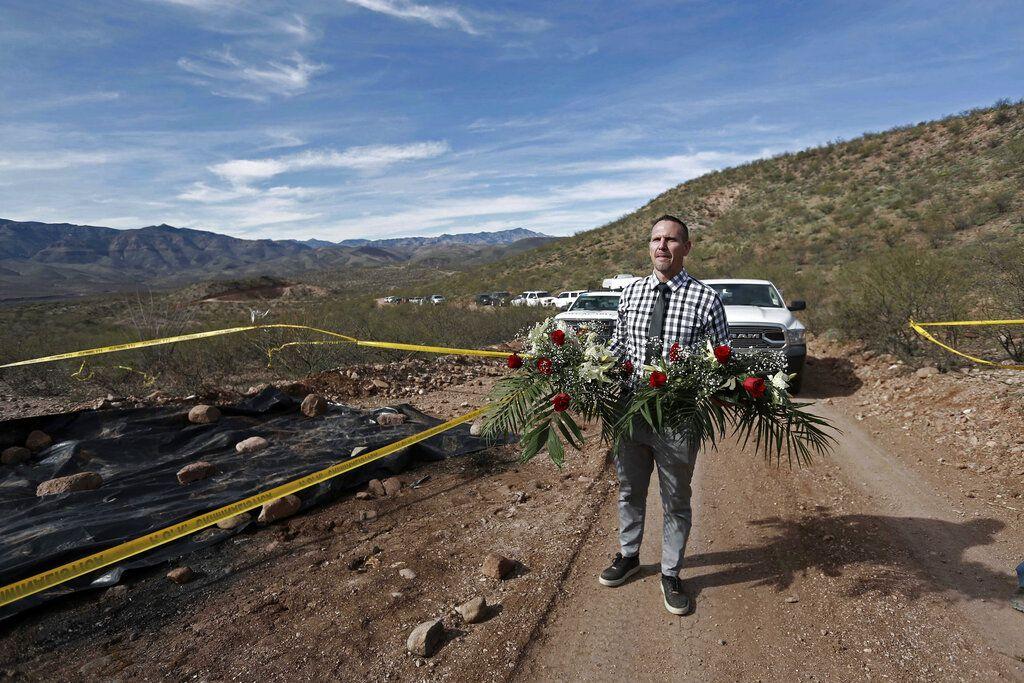 Bryan LeBarón coloca flores el domingo 12 de enero de 2020 en el sitio donde uno de los automóviles pertenecientes a la familia LeBarón fue emboscado por hombres armados en 2019, cerca de Bavispe, estado de Sonora, México.