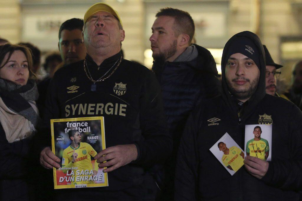 Fans realizan tributo al jugador argentino Emiliano Sala. (AP Photo/David Vincent)