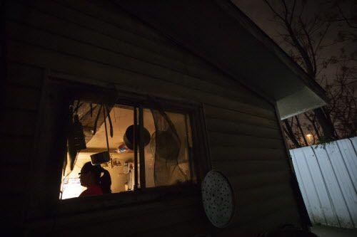 Lili, una inmigrante de Guatemala con más de una década en el Norte de Texas, es entrevistada en su casa en Dallas. Foto: Smiley N. Pool/The Dallas Morning News