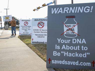 """Matt Tiemann puso carteles para advertir sobre posibles efectos de la vacun en Arlington, pero mitos como que """"hackearán"""" el ADN de las personas no tienen ninguna base real."""