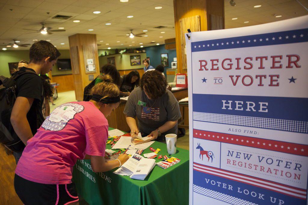Julie Leuzinger (der.), de la Liga de Mujeres Votantes, ayuda a estudiantes a inscribirse para votar en UNT, en Denton.