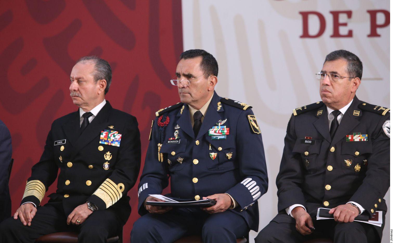 Según el General de Brigada Homero Mendoza (centro), jefe del Estado Mayor de la Sedena, sicarios de La Línea se enfrentaron en la madrugada de lunes con Los Salazar en Agua Prieta y temían una incursión de éstos en Chihuahua.