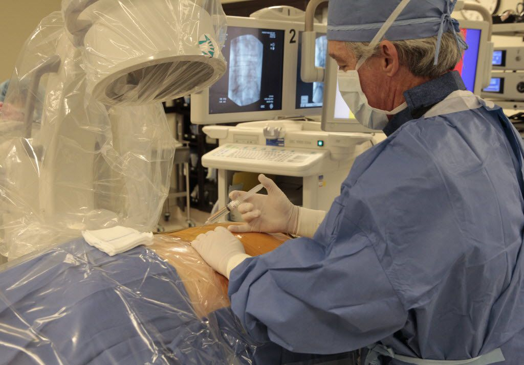 A doctor performs surgery at Forest Park Medical Center in 2014 (David Woo/The Dallas Morning News)
