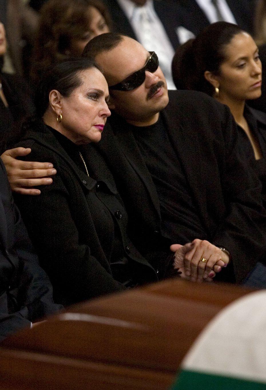 El cantante mexicano Pepe Aguilar, centro, abraza a su madre Flor Silvestre en el funeral de su padre Antonio Aguilar en la catedral de Zacatecas, en Zacatecas, México el 21 de junio de 2007. Flor Silvestre falleció el 25 de noviembre de 2020, informó la Asociación Nacional de Actores de México.