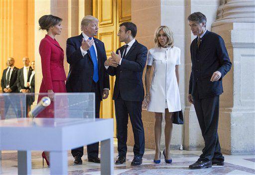 l presidente estadounidense Donald Trump, la primera dama Melania Trump, el presidente francés Emmanuel Macron y su esposa Brigitte Macron, recorren el complejo de Les Invalides en París, el jueves 13 de julio de 2017. (AP Foto/Carolyn Kaster, Pool)