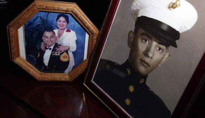 Estas fotos muestras a Marcelino Luna en varias etapas de una carrera militar que se extendió durante tres décadas. El ex Marine guarda sus recuerdos en su casa de Duncanville.<252>(BEN TORRES/ESPECIAL PARA AL DÍA)