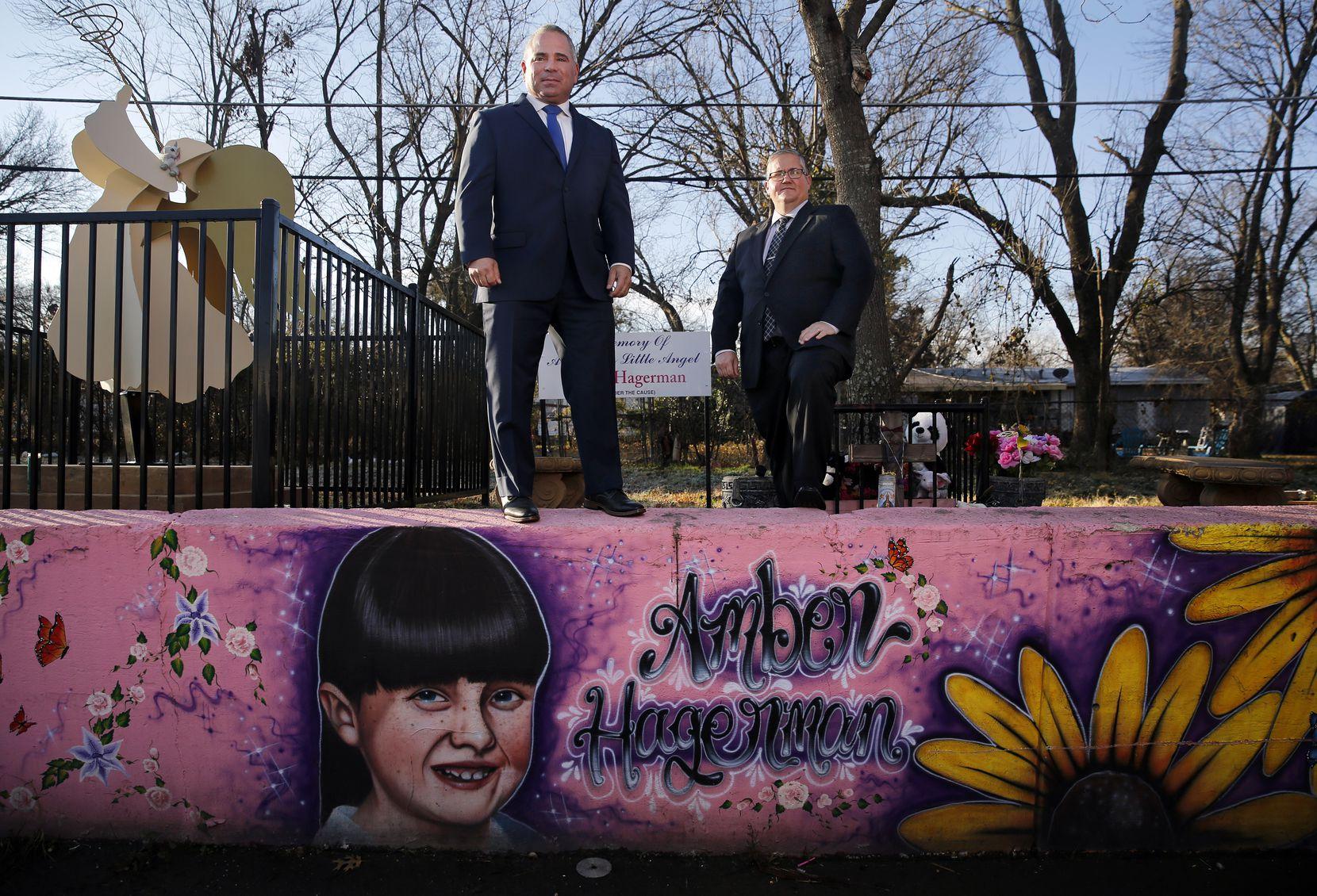 Los detectives de la policía de Arlington Ben López (izq.) y Gran Gildon investigan el crimen no resuelto de Amber Hagerman. El mural sobre el que están parados fue creado para recordar a la niña secuestrada y asesinada en 1996.