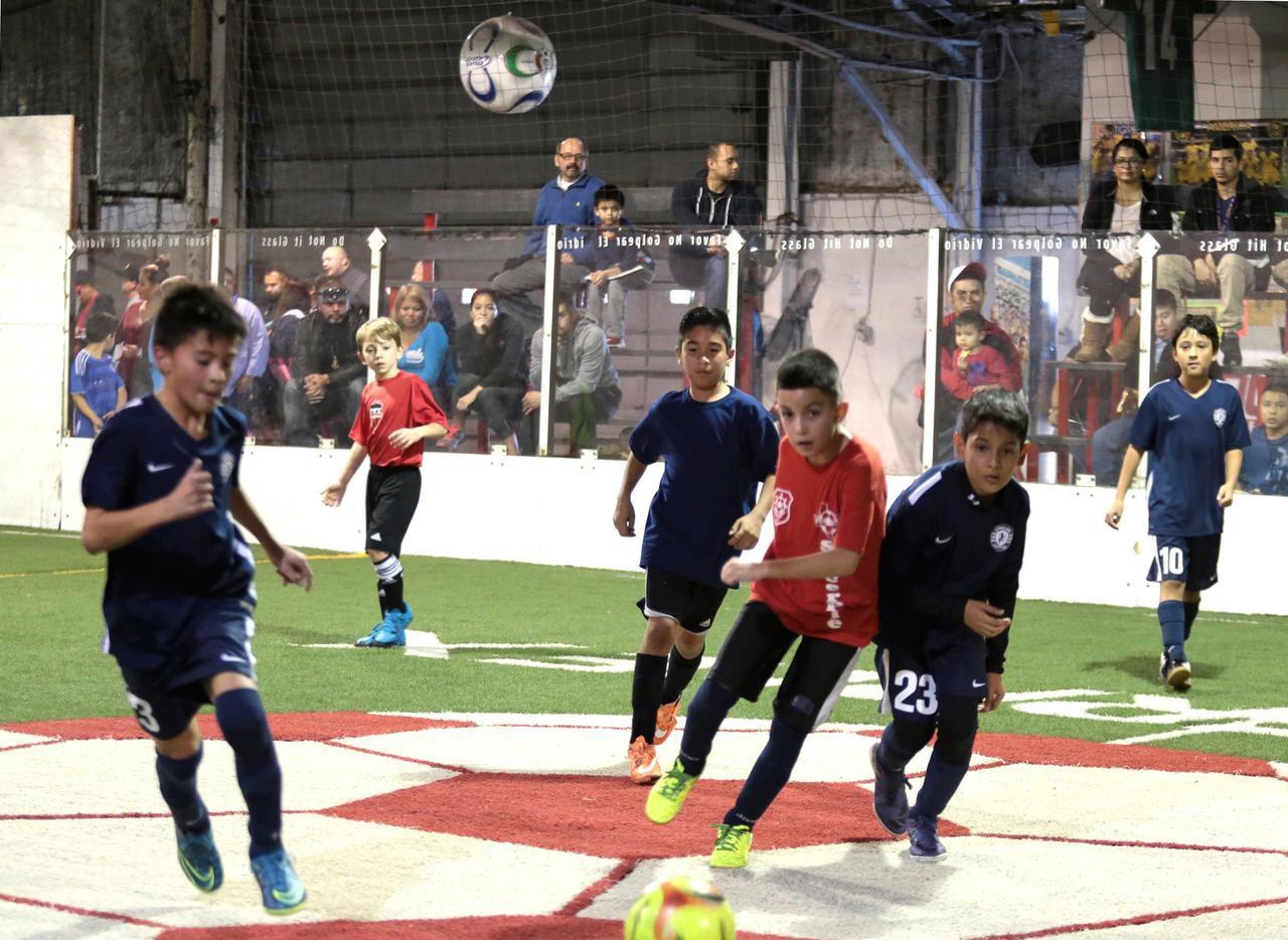 Equipos de la división Sub-11 se enfrentan en el complejo deportivo Soccerplex, un establecimiento techado en Dallas.(MARÍA)