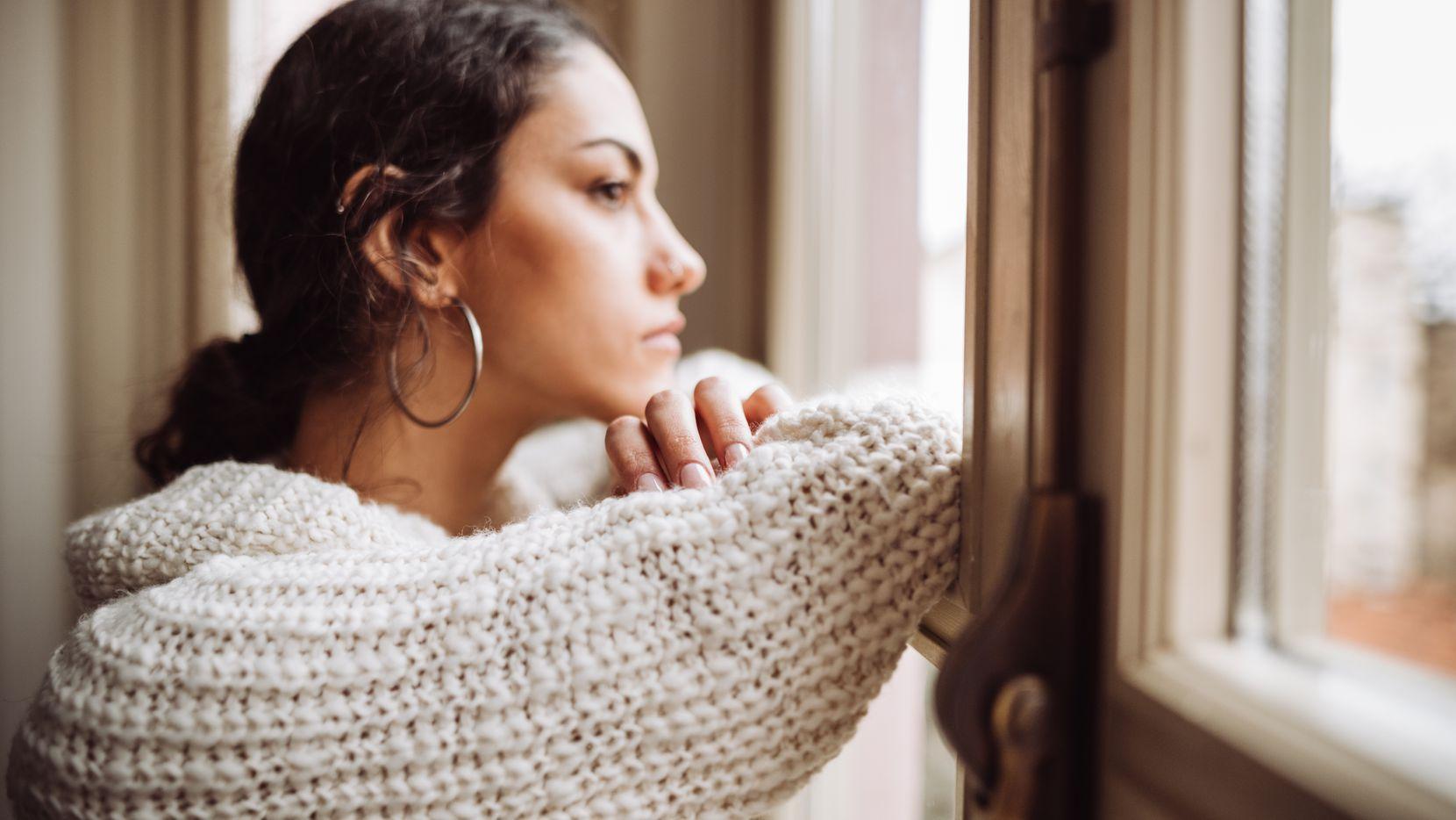 El aislamiento por el coronavirus puede causar estrés especialmente para las personas que viven solas.