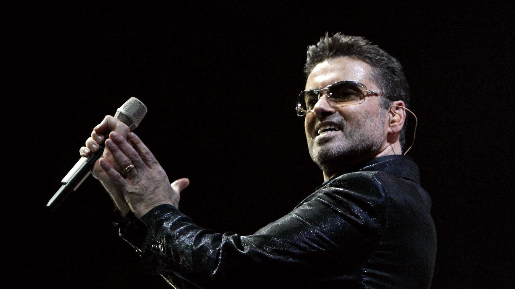ORG XMIT: *S0417937013* British pop star George Michael performs on stage of the Palau Sant Jordi in Barcelona 23 September 2006.