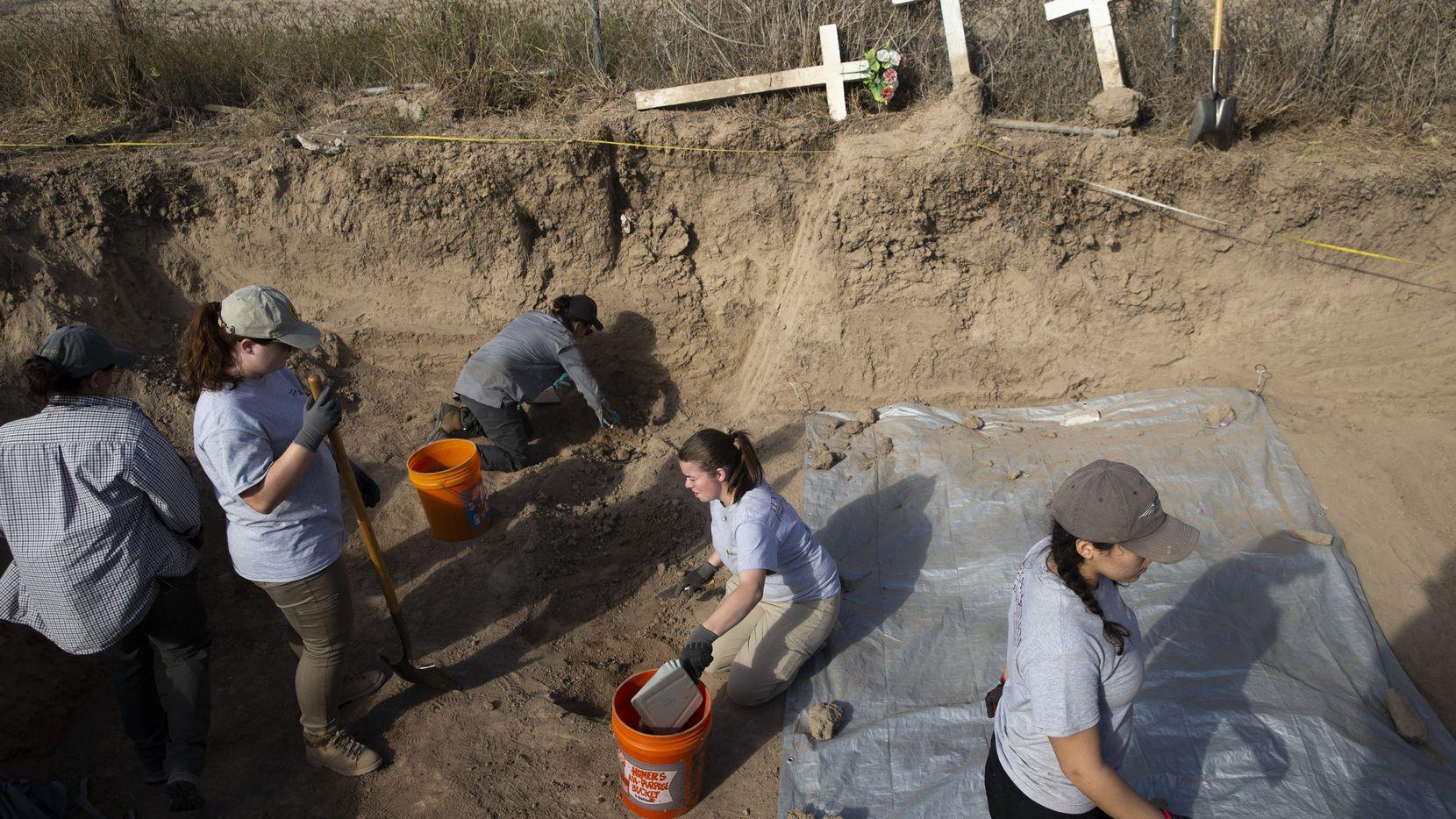 Estudiantes de antropología de Texas State University ayudan a exhumar cuerpo no identificados de inmigrantes fallecidos en su intento por llegar a Estados Unidos en La Grulla, Texas.